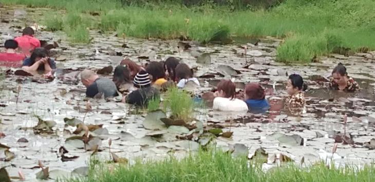 11 PSK direndam di kolam lumpur di samping Kantor Bupati Jayawijaya Papua. (Denny/Cepos)