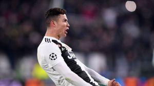 Cristiano Ronaldo melakuakn selebrasi 'big ball' untuk merayakan gol ketiganya ke gawang Atletico Madrid (as.com)