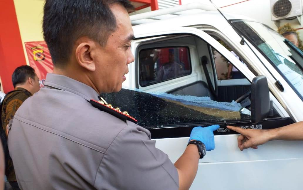 Kapolrestabes Bandung, Kombes Irman menunjukkan barang bukti mobil pick up yang hendak dicuri komplotan pencuri di Kota Bandung