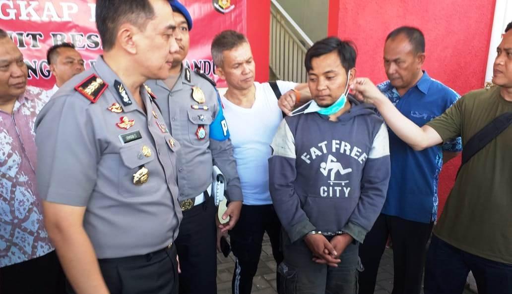 Salah satu pelaku pencuri pick up diinterogasi Kapolrestabes Bandung, Kombes Irman Sugema