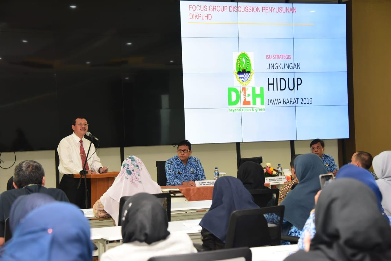 Sekretaris Daerah Jawa Barat Iwa Karniwa saat membuka Focus Group Discussion DIKPLHD, di kantor Dinas Lingkungan Hidup Jawa Barat, Jalan Kawaluyaan, Kota Bandung, Kamis (2/5/19).(FOTO : Humas Pemprov Jabar)