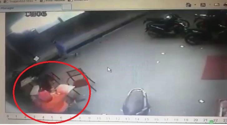 Rekaman video CCTV detik-detik mahasiswa Telkom Bandung dibacok sejumlah pemuda diduga geng motor