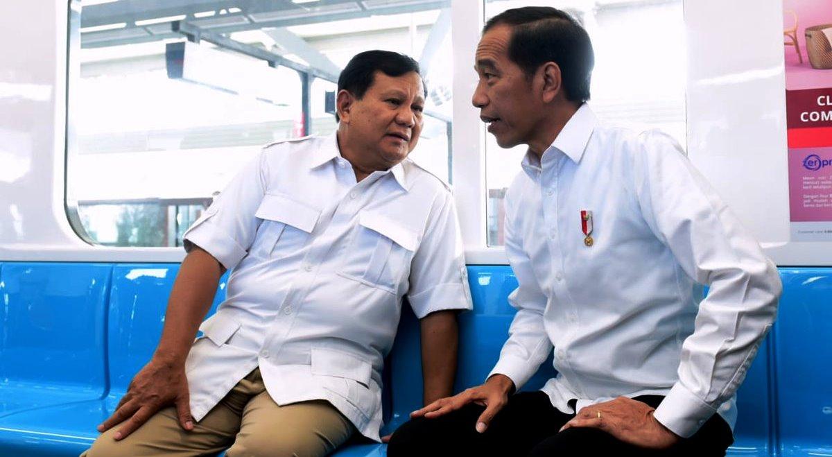 Prabowo Subianto dan Joko Widodo dalam gerbong MRT usai bertemu di Stasiun MRT, Lebak Bulus, Jakarta