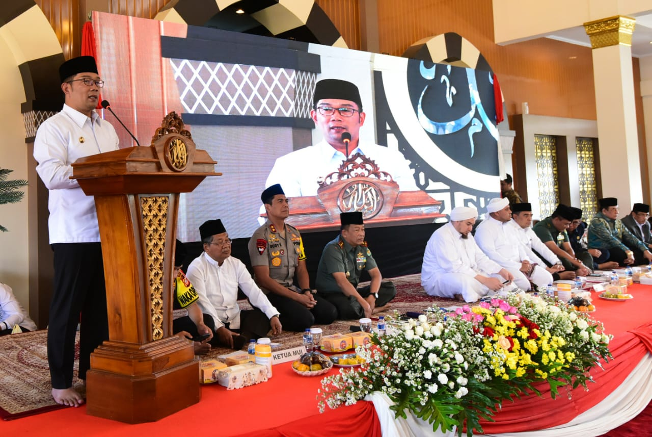 Gubernur Jawa Barat Ridwan Kamil saat menghadiri Tabligh Akbar dan Istighosah dalam rangka Operasi Mantap Brata 2019 di Masjid Al Amman Mapolda Jawa Barat, Kota Bandung, Rabu (7/8/19).