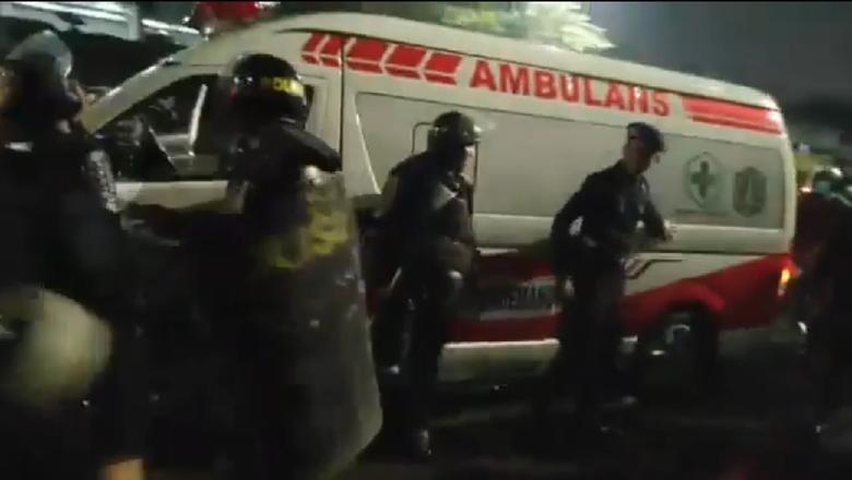 Ambulans yang diamankan polisi yang disebut mengangkut batu dan bensin untuk pada demonstran. Foto ist