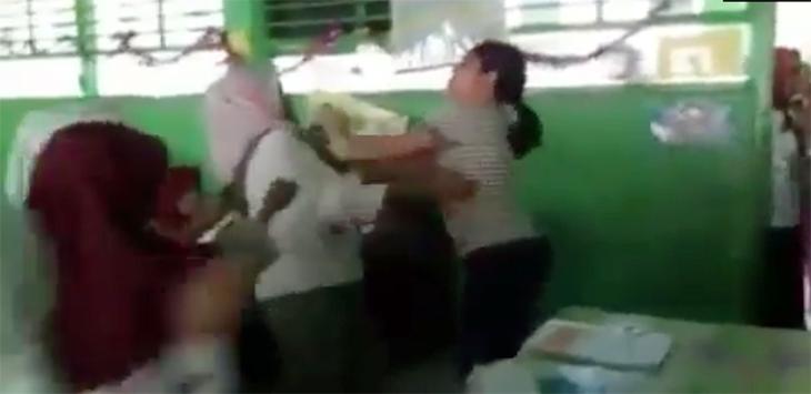 Guru dipukul orang tua di saat mengajar di kelas