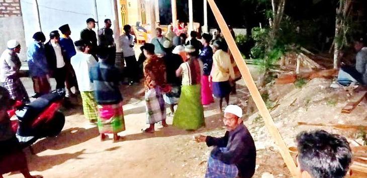 Massa berkumpul di rumah Kepala Dusun Manjingan, Desa Bullaan, Kecamatan Batuputih, Sumenep, Sabtu (7/9).