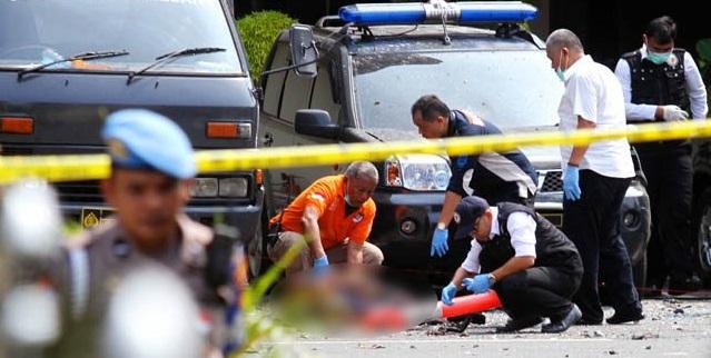 Polisi melakukan oleh TKP bom bunuh diri di Polrestabes Medn. Foto JPG
