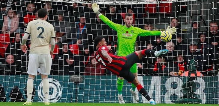 Aksi striker Bournemouth, Joshua King saat menjebol gawang Manchester United yang dikawal David de Gea, pada laga di Vitality Stadium, Sabtu (2/11/2019) malam WIB, bournemouth vs manchester united