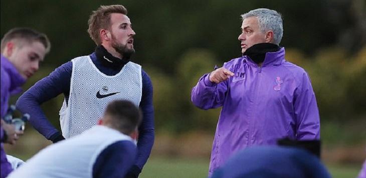 Jose Mourinho berbicara kepada Harry Kane ketika memimpin latihan perdana sebagai manajer Tottenham Hotspur, Rabu (20/11/2019). ft/daily mail