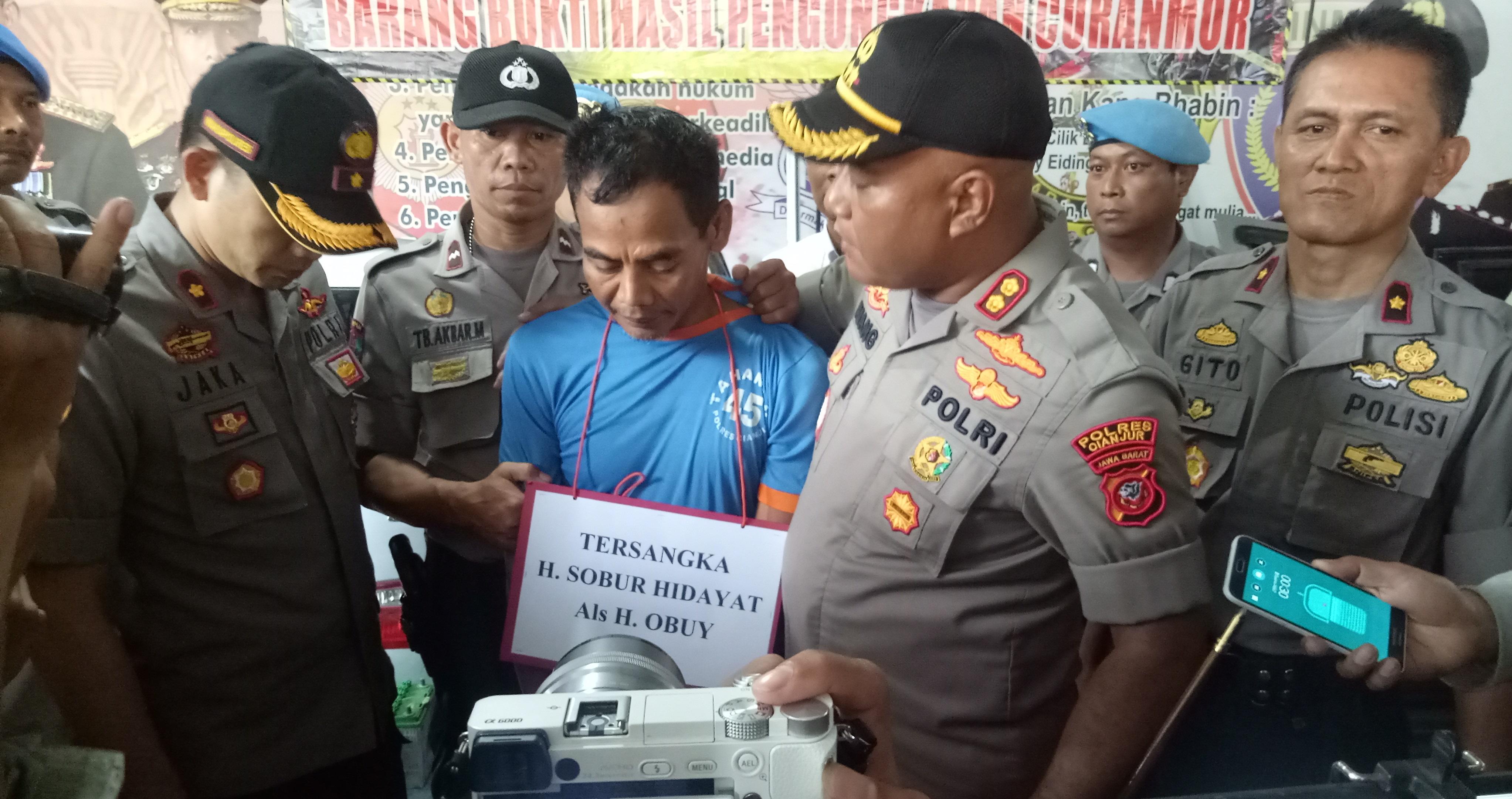 Otak gembong sindikat pencurian mobil H Obuy dicecar Kapolres Cianjur AKBP Juang Andi Priyanto. Foto: Guruh/PojokSatu.id