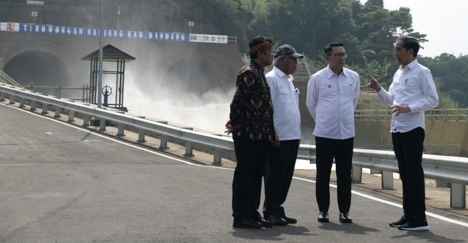 Presiden Jokowi bersama Gubernur Jabar Ridwan Kamil serta sejumlah pejabat dalam peresmian terowongan Nanjung di Kabupaten Bandung, Jawa Barat, Rabu (29/1/2020). Foto ist
