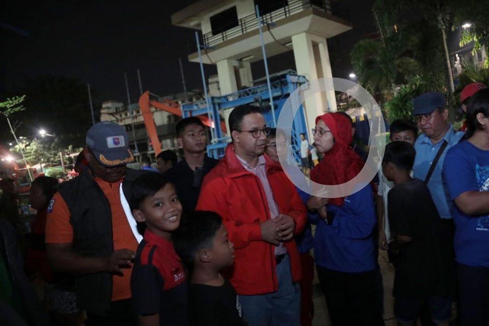 Gubernur DKI Jakarta Anies Baswedan (kiri) bersama Ika Agustin Ningrum (kanan)/Facebook.