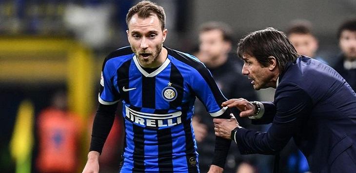 Pelatih Inter Milan, Antonio Conte memberikan instruksi kepada Christian Eriksen.