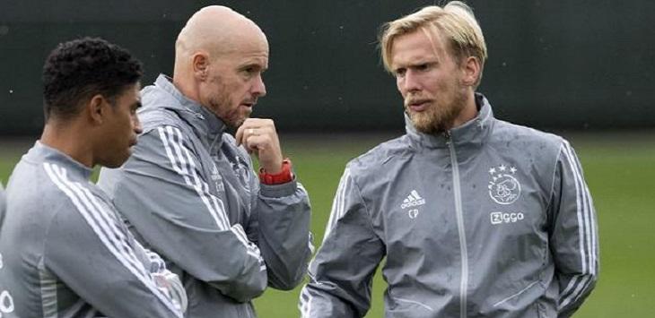 Asisten pelatih Ajax, Christian Poulsen (paling kanan) diduga terinfeksi virus corona.