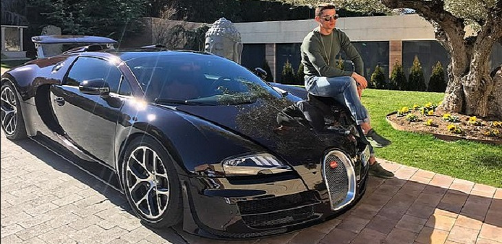 Cristiano Ronaldo suka memposting gambar dirinya dengan mobilnya termasuk Bugatti Veyron Sport ini.