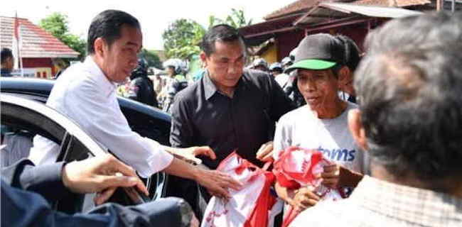 Presiden Jokowi memberikan bantuan sembako