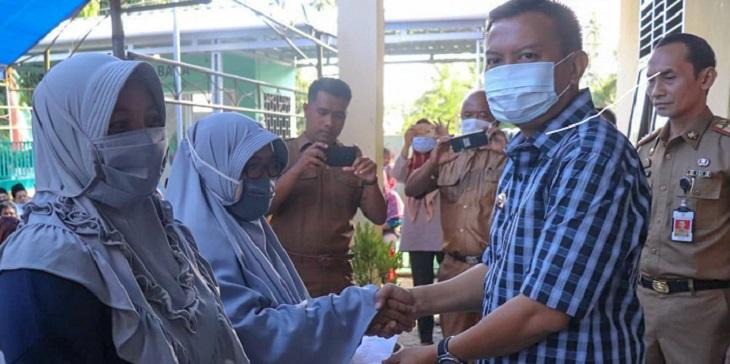 Bupati Kepulauan Selayar Muh. Basli Ali menyalurkan bantuan dana stimulus di Kelurahan Benteng Kecamatan Benteng