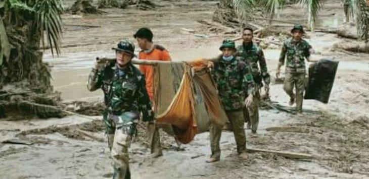 Anggota Kodim 1403 Sawerigading mengevakuasi korban banjir bandang Masamba, Selasa (14/7/2020). ft/kodim1403sawerigading
