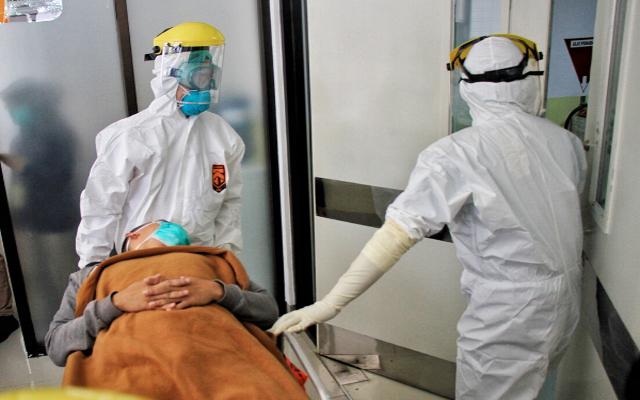 Ilustrasi: Tenaga kesehatan tangani pasien Covid-19.