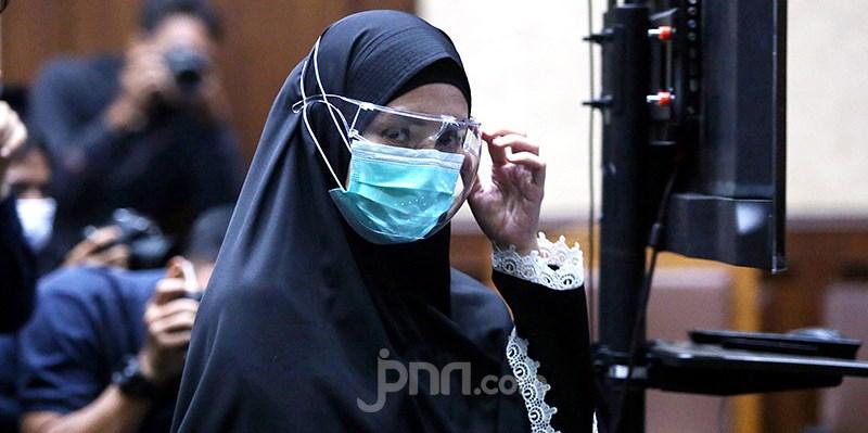 Pinangki Sirna Malasari usai mendapat vonis 10 tahun penjara, Senin (8/2/2021). Foto JPNN