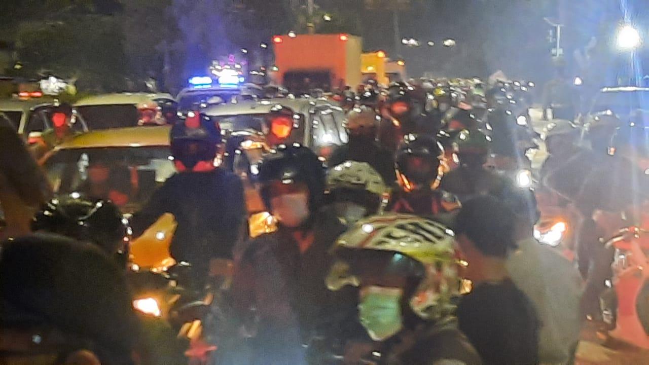 Kemacetan panjang di Pos Penyekatan Kedungwaringi Bekasi terjadi setelah satu jam diberlakukan penyekatan pemudik, Selasa (11/5/2021). Foto: Adika/PojokBekasi.com