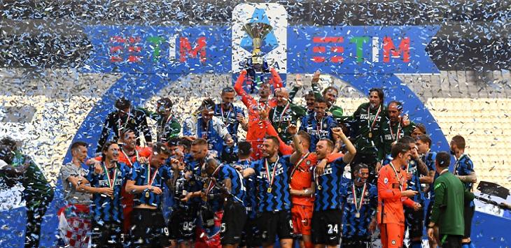 Kapten Inter Milan, Samir Handanovic mengangkat trofi juara Serie A 2020/21, Minggu (23/5/2021). ft/@inter, inter milan scudetto