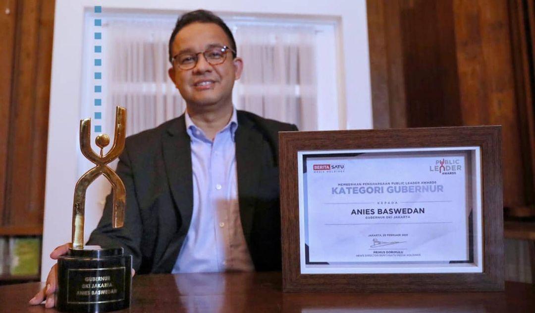 Gubernur DKI Jakarrta pamerkan penghargaan sebagai Public Leader Awards. Foto Instagram