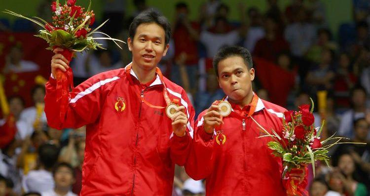 Markis Kido (kanan) bersam Hendra Setiawan saat meraih medali emas di Olimpiade 2008