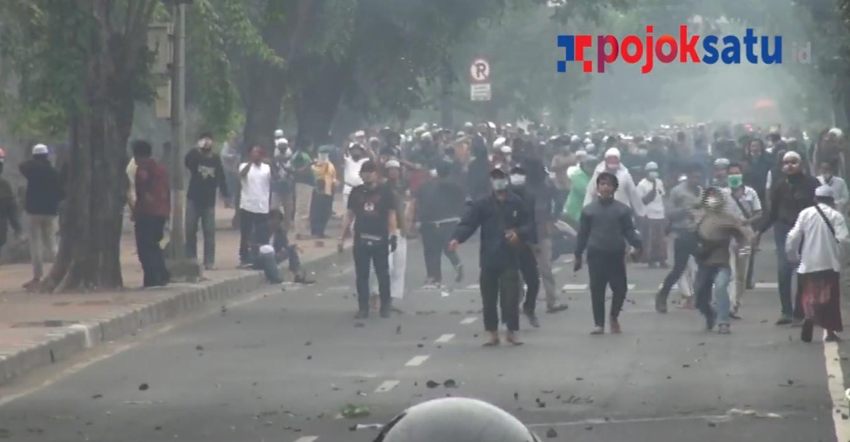 Massa simpatisan Habib Rizieq Shihab melempari aparat dengan batu saat sidang vonis di Pengadilan Negeri Jakarta Timur, Kamis (24/6/2021)