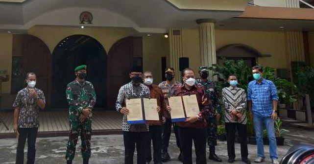 Wali Kota Bogor Bima Ary Sugiarto menyerahkan lahan hibah Pemkot Bogor kepada DKI Pengadilan. Minggu (13/6/2021). Foto IST