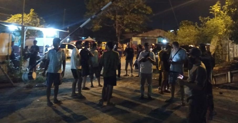 Warga Kampung Sinar Mulya, Johar, Kabupaten Karawang, Jawa Barat berkumpul usai diserang ratusan anggota geng motor, pada Minggu (13/6/2021) malam. Foto: Ega/PojokSatu.id