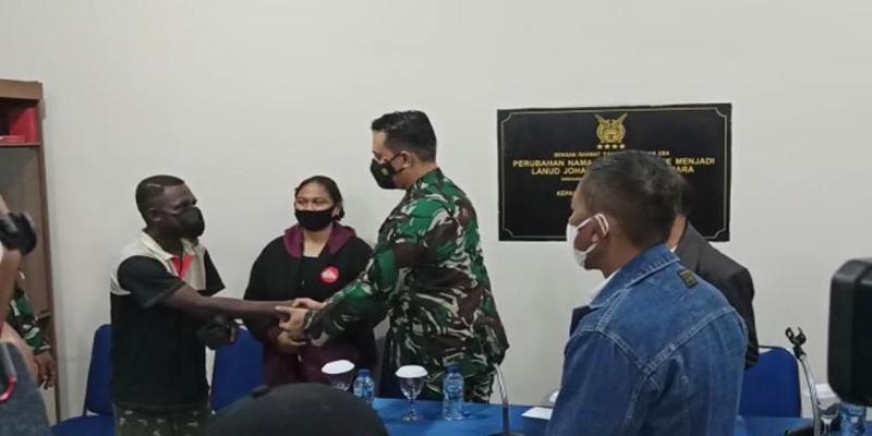 Danlanud JA Dimara, Merauke, Kolonel Pnb Herdy Arief Budiyanto meminta maaf pada warga atas kelakuan anak buahnya. Foto IST