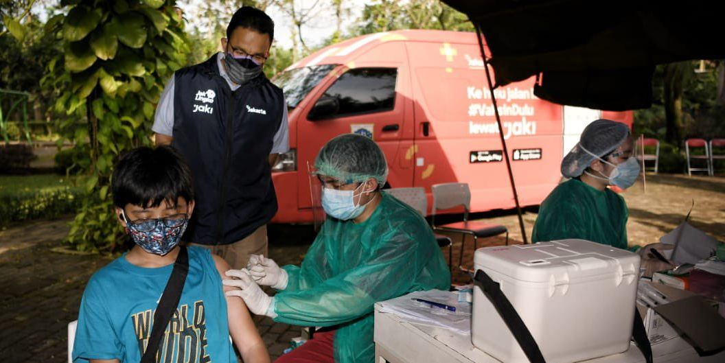 Gubernur DKI Jakarta Anies Baswedan meninjau pelaksanaan vaksinasi Covid-19 dengan mobil vaksin keliling di Taman Dadap Merah, Kebagusan. Foto Twitter Anies Baswedan