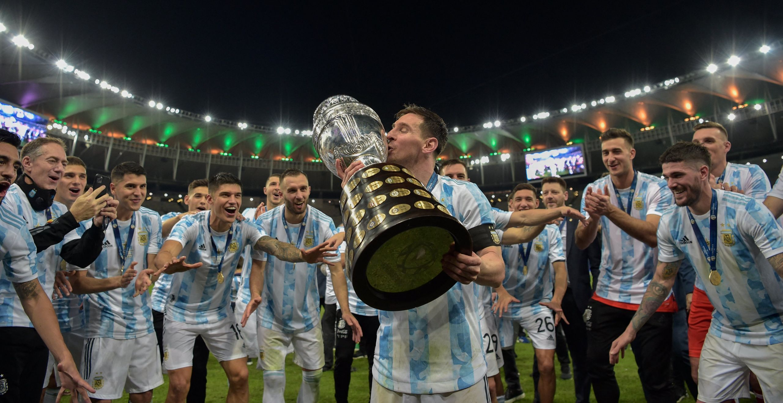 Lionel Messi mengangkat trofi Argentina juara Copa America 2021 usai menangalahkan Brasil 0-1, Minggu (11/7/2021). Foto Twitter @CopaAmerica