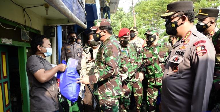 Panglima TNI Marsekal Hadi Tjahjanto dan Kapolri Jenderal Pol Sigit Listyo Prabowo berkelilng mensosialisasikan vaksin dan prokes serta menyerahkan bansos dari pemerintah di sejumlah kawasan di DKI Jakarta, Kamis (22/7/2021). Foto IST