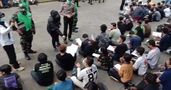 """Sejumlah pemuda peserta aksi rusuk menolak perpanjangan PPKM Darurat di Balai Kota Bandung Rabu (21/7/2021) diamankan polisi. Foto""""Arief/PojokSatu,id"""