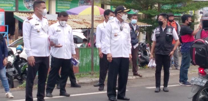 Taufan Pawe Sidak Prokes Hingga Bagi Masker ke Pengendara
