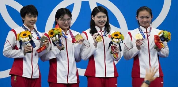 Tim estafet gaya bebas 4x200 meter putri China (dari kiri) Yang Junxuan, Tang Muhan, Zhang Yifan dan Li Bingjie berpose dengan medali emas Olimpiade Tokyo 2020. Foto: Charlie Riedel/AP