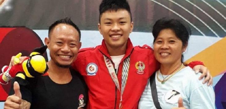 Rahmat Erwin Abdullah bersama kedua orang tuanya, Erwin Abdullah dan Ami Asun Budiono.
