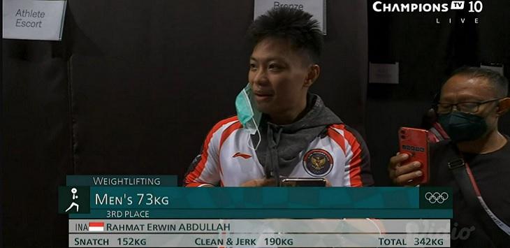 Lifter Indonesia, Rahmat Erwin Abdullah meraih medali perunggu angkat besi putra kelas 73 Kg, Rabu (28/7/2021).