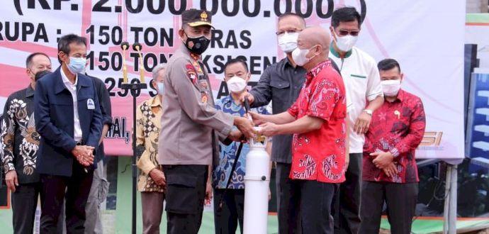 Kapolda Sumsel menerima bantuan penanganan Covid-19 dari Masyarakat Tionghoa Palembang Bersatu (MTPB) di Mapolda Sumsel, Jumat (6/8/2021). Foto: RMOLSumsel