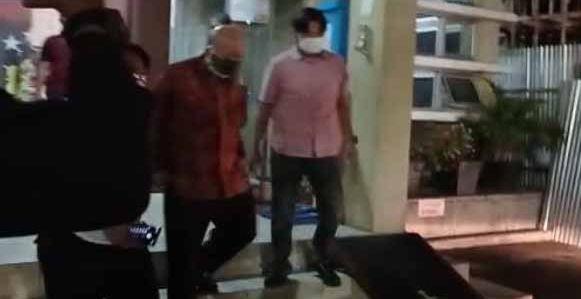 Prof Dr dr Hardi Darmawan keluar dari Gedung Ditreskrimum Polda Sumsel, Senin (2/8/2021) malam, usai diperiksa tim khusus terkait hibah 2 T keluarga Akidi Tio. Foto: Sumeks.co