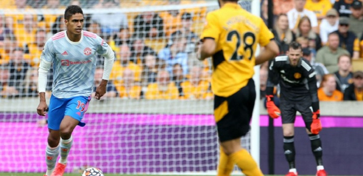 Raphael Varane menjalani debut bersama Manchester United saat menghadapi Wolves di di Molineux Stadium (Wolverhampton), Minggu (29/8/2021) malam WIB. Ft/Twitter @ManUtd
