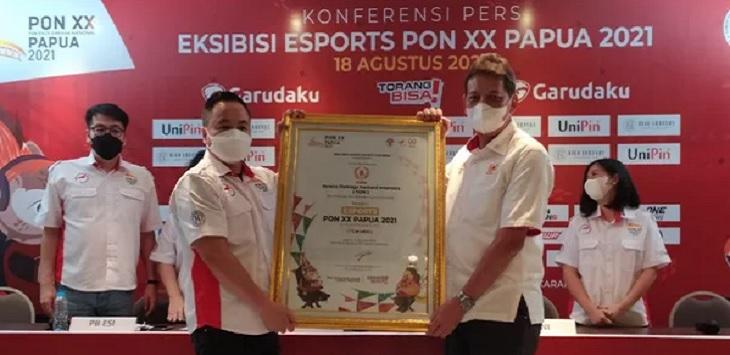 Sekjen KONI Ade Lukman (kanan) beserta Sekjen PBESI Frengky Ong (kiri) saat konferensi pers di di kantor Pengurus Besar Esport Indonesia di bilangan Kebayoran Lama, Jakarta Selatan, Rabu (18/8) WIB. Ft/Jpnn.com