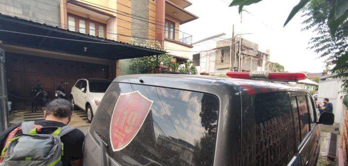 Satu unit ambulance bersiaga di depan rumah Heriyanti, anak bungsu Akidi Tio. Foto RMOLSumsel