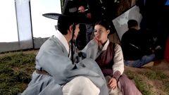 Syuting adegan ciuman bintang Lovers Of The Red Sky, Ahn Hyo Seop dan Kim Yoo Jung. (Tangkapan layar YouTube SBS Catch)