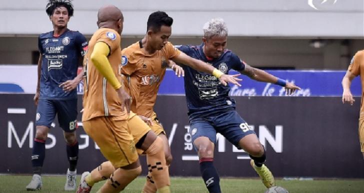 Pertandingan Arema FC vs Bhayangkara FC di Stadion Pakansari, Minggu (12/9/2021) sore, berakhir imbang 1-1. Foto via twitter @Liga1Match