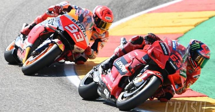 Persaingan ketat Marc Marquez (Repsol Honda) dan Francesco Bagnaia (Ducati Team) pada balapan MotoGP Aragon, Minggu (12/9/2021) malam WIB. Foto via laman Crash.net