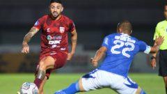Pertandingan Persib Bandung lawan Borneo FC di Indomilk Arena Tangerang, Kamis (23/9) malam berakhir sama kuat 0-0. Ft/Twitter @BorneoSMR